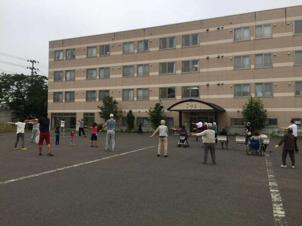 まちづくり事業「地域交流・世代交流老人ホーム合同ラジオ体操」を実施しています。